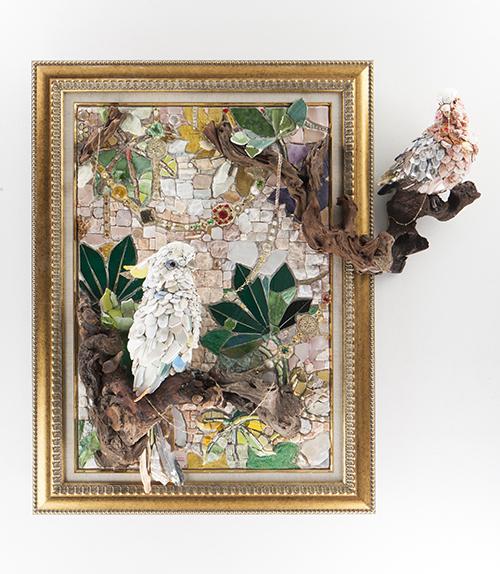 西ノ宮佳代「Elegance」2015 80.2×60.5×80cm, モザイク:石、ガラス、陶器、貝、流木、金属、その他・木製パネル、スタイロフォーム、セメント, photo by Tomonori Ozawa
