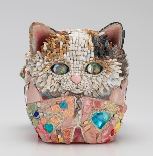 西ノ宮佳代「猫だるま−拾玖ノ姫(じゅうくのひめ)・愛」2015 18.2×17.5x20.4cm, モザイク