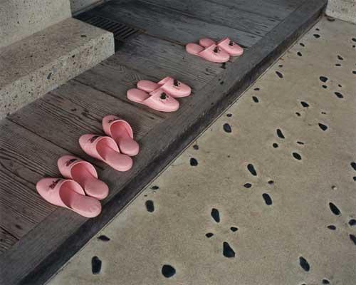 Yoko IKEDA - #341-03 Pink Slippers 山形県西村山郡河北町 2008年 20x24インチ タイプCプリント