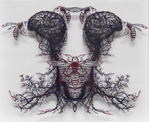 Aya MORITA「球根-大雀蜂 (きゅうこん・おおすずめばち)」2015  45.0×54.0cm(額寸)  切り絵、アクリル絵の具
