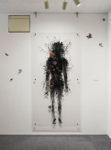 Aya MORITA「Tree of blood」2012  182.0×91.5cm  切り絵、アクリル板